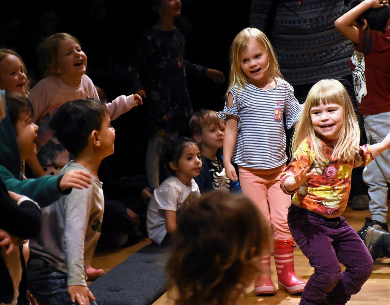 Bild på barn som dansar.