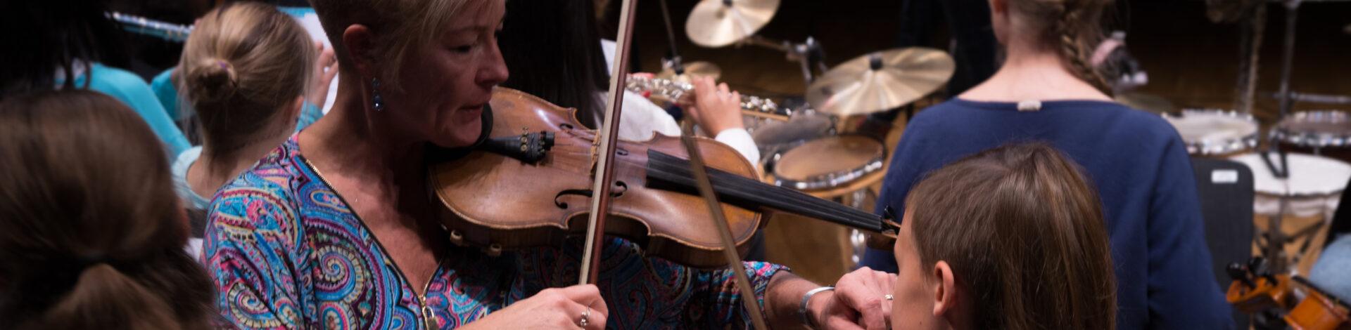 Bild på barn som spelar fiol.